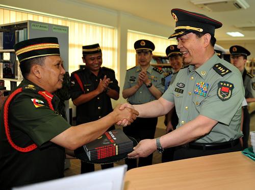 中国国防部长常万全参观文莱国防学院